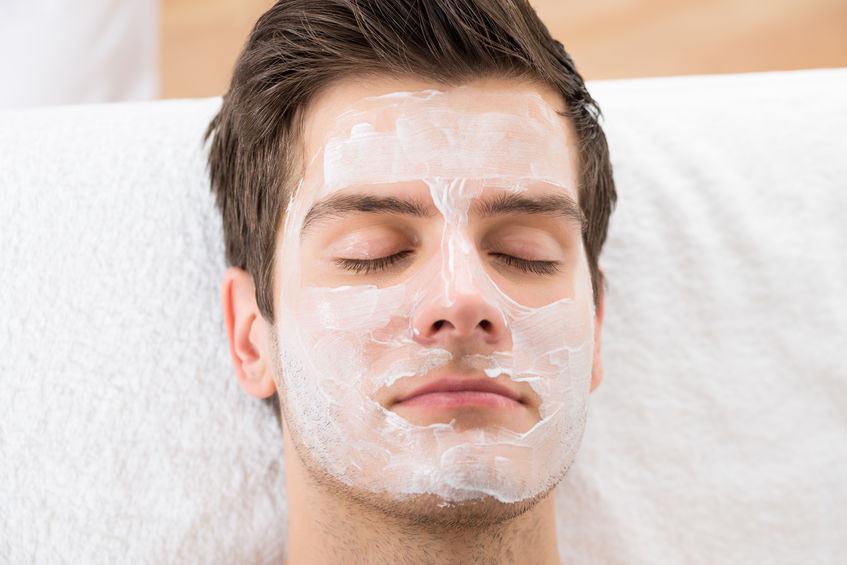Mann in Kosmetik Behandlung